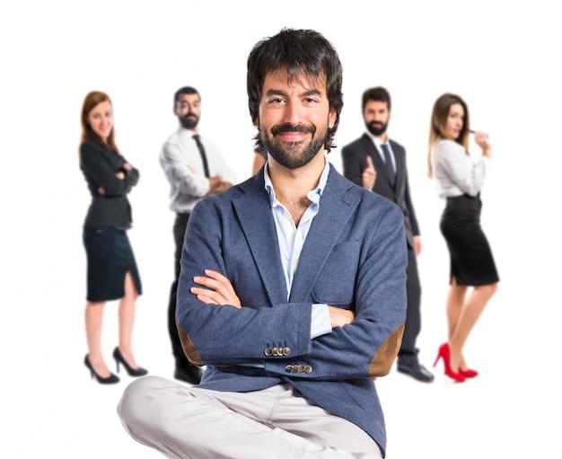 Biznesmen z rękami skrzyżowanymi na białym tle