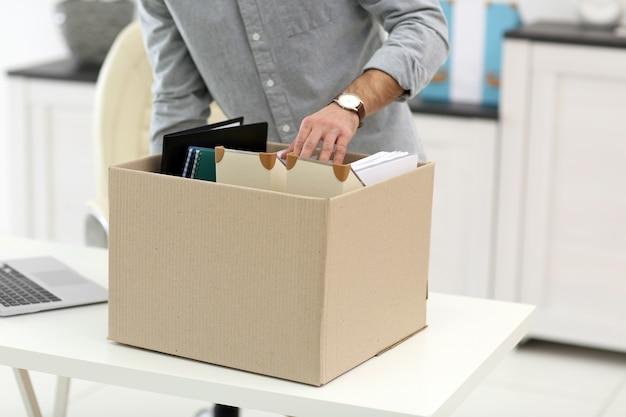 Biznesmen z ruchomym pudełkiem w biurze