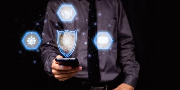 Biznesmen z symbolem ochrony danych