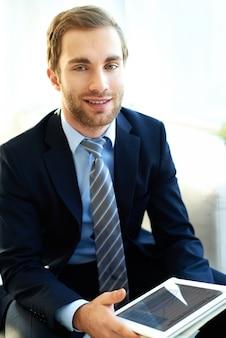 Biznesmen z tabletem