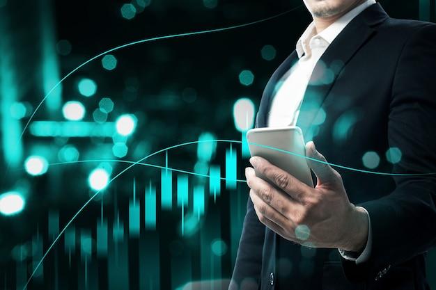 Biznesmen z telefonem komórkowym przedstawiający wirtualny wykres słupkowy dolara z cyfrowym tłem