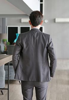 Biznesmen z tyłu na miejscu pracy w biurze