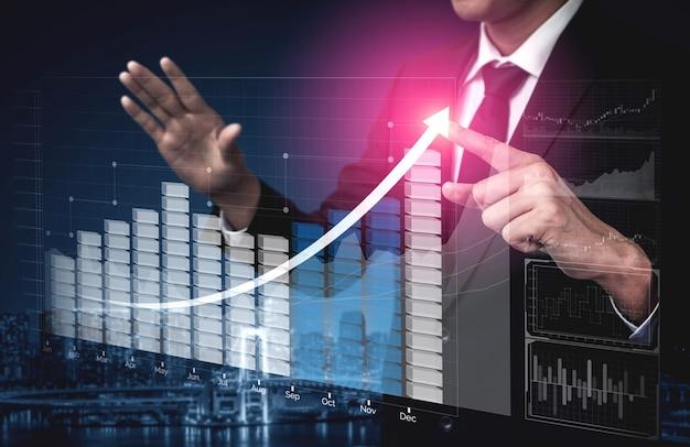 Biznesmen z wykresem raportu do przodu do wzrostu zysków finansowych z inwestycji giełdowych.