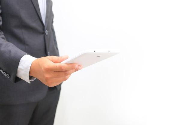 Biznesmen za pomocą cyfrowego tabletu.