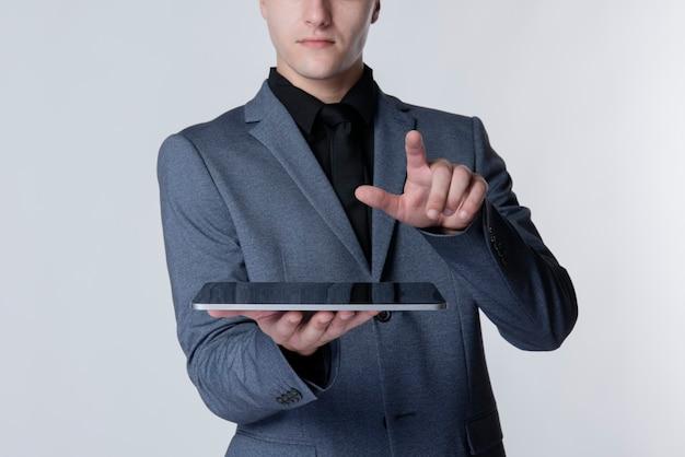 Biznesmen za pomocą inteligentnej technologii tabletu