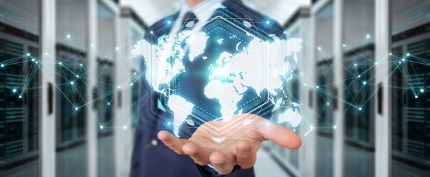 Biznesmen za pomocą interfejsu mapy świata cyfrowego