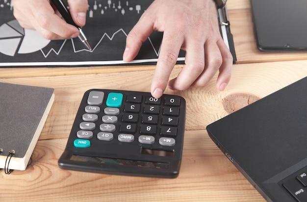 Biznesmen za pomocą kalkulatora.