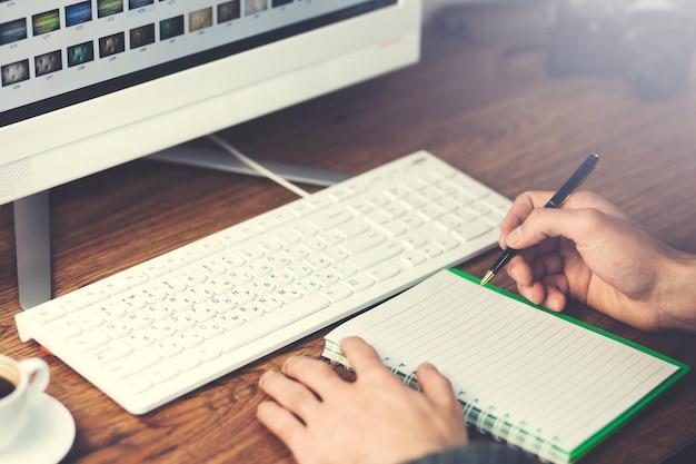 Biznesmen za pomocą komputera i notatnika