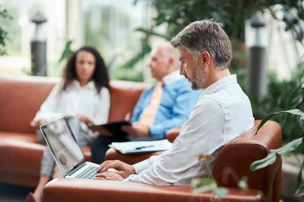 Biznesmen za pomocą laptopa do analizy wykresu finansowego