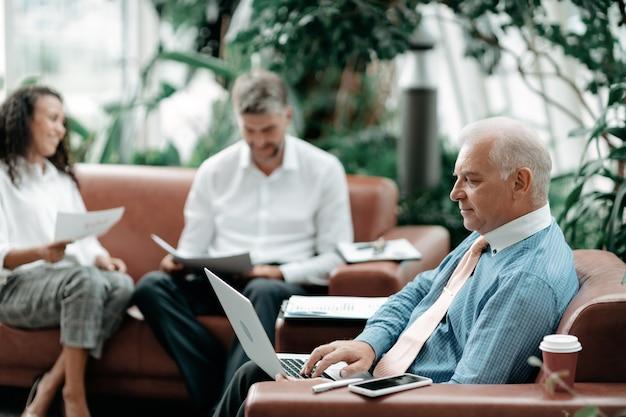 Biznesmen za pomocą laptopa do sprawdzania danych finansowych