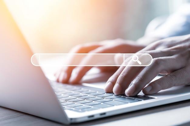 Biznesmen za pomocą laptopa do wyszukiwania i znajdowania wiedzy