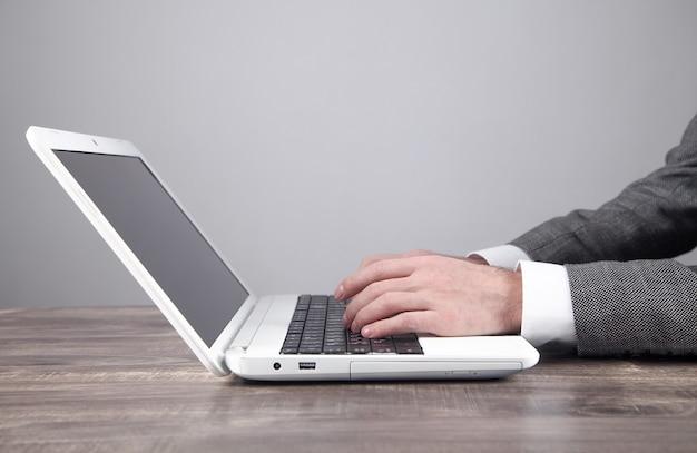 Biznesmen za pomocą laptopa w biurze.