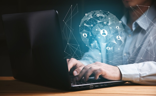 Biznesmen za pomocą laptopa z interfejsem sieci społecznej.