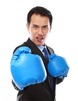 Biznesmen za pomocą rękawicy bokserskiej