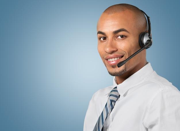 Biznesmen za pomocą słuchawek