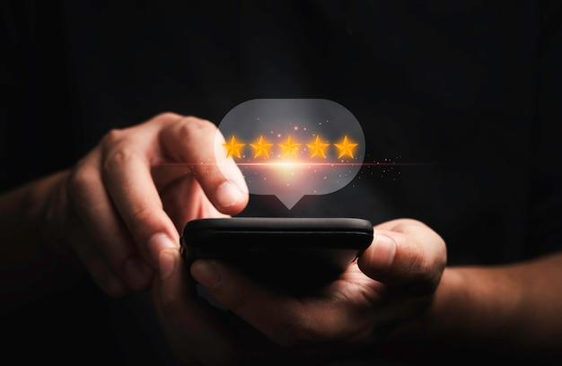 Biznesmen za pomocą smartfona do najlepszego wyniku oceny klienta dla wykorzystania koncepcji produktu i usługi przez renderowanie 3d.
