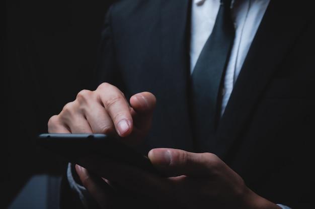 Biznesmen za pomocą smartfona do pracy w biznesie
