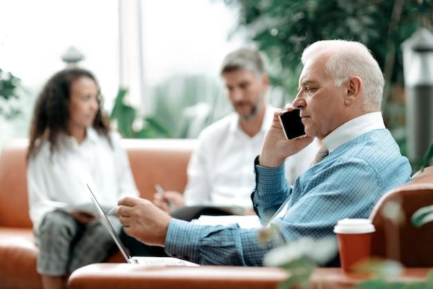 Biznesmen za pomocą smartfona w celu wyjaśnienia niezbędnych informacji