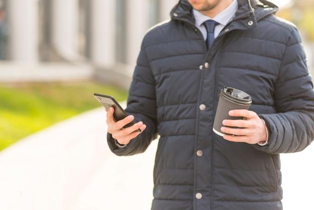 Biznesmen Za Pomocą Smartphone Darmowe Zdjęcia