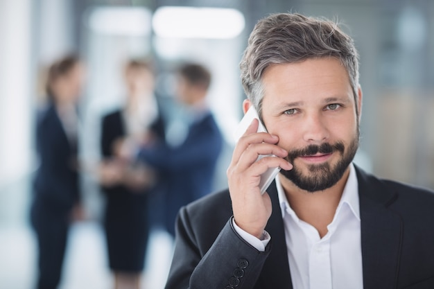 Biznesmen za pomocą telefonu komórkowego
