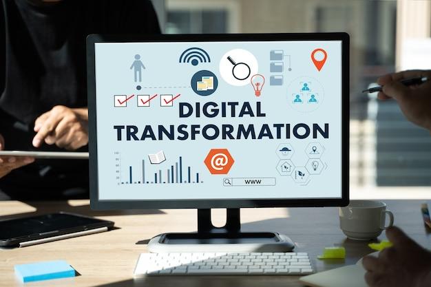Biznesmen za pomocą urządzenia cyfrowego koncepcja cyfrowej transformacji digitalizacja procesów biznesowych technologia transformacji cyfrowej