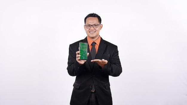Biznesmen za pomocą zielonego telefonu komórkowego na białym tle