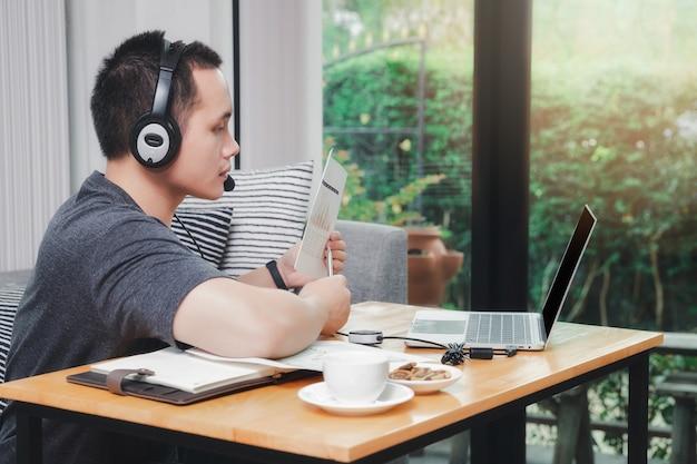 Biznesmen zdalnie konferencja z klientami na laptopie w biurze domowym.