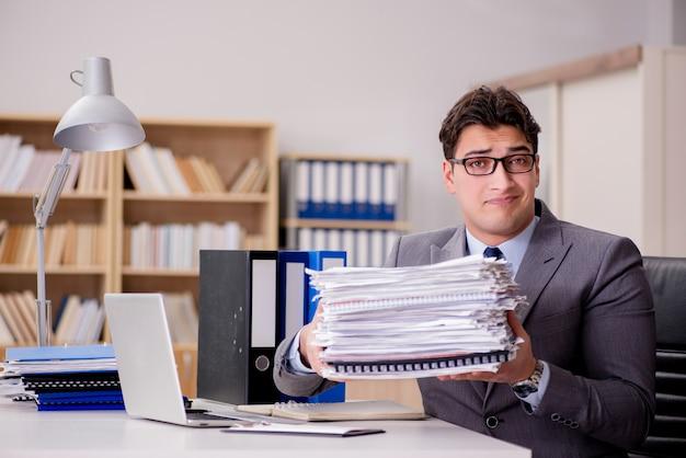 Biznesmen ze zbyt dużą ilością papierkowej roboty