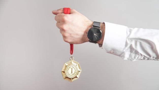 Biznesmen ze złotym medalem. medale dla zwycięzcy