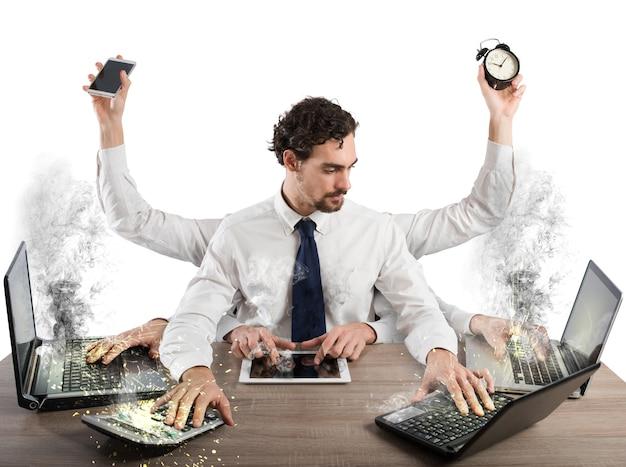 Biznesmen zestresowany zbyt dużą ilością pracy