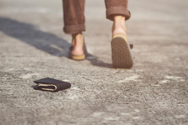 Biznesmen zgubił skórzany portfel z pieniędzmi na ulicy.