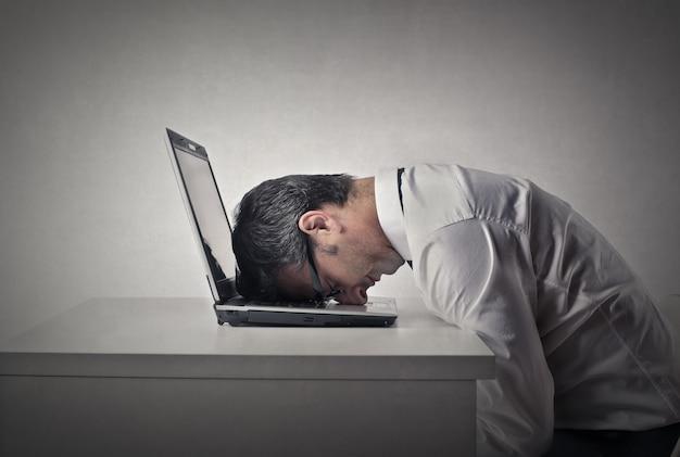 Biznesmen znudzonych opon