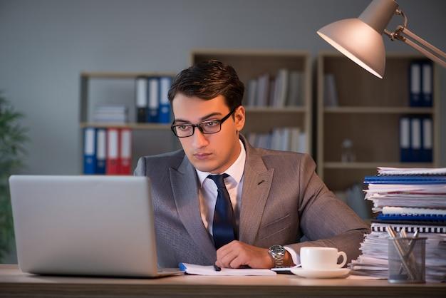 Biznesmen zostaje w biurze przez długie godziny