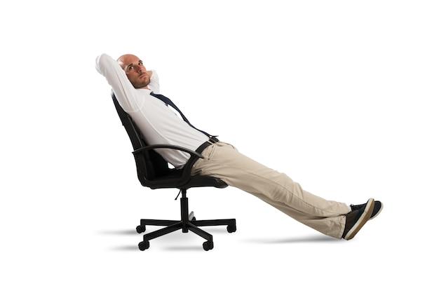Biznesmen zrelaksować się i myśli, siedząc na krześle biurowym