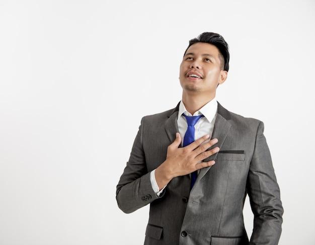 Biznesmen zrelaksować wyrażenie trzymając klatkę piersiową koncepcja pracy biurowej. odosobniony