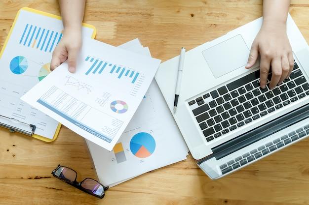 Biznesmen zrównoważony finansowych rachunkowości wykresów zagranicznych
