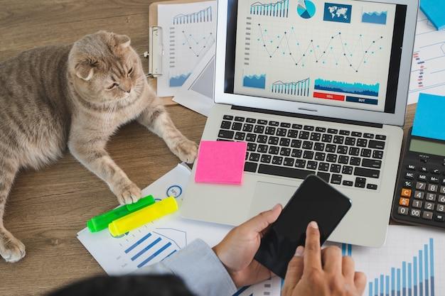 Biznesmena biurko z papierowymi mapami i kalkulatorem
