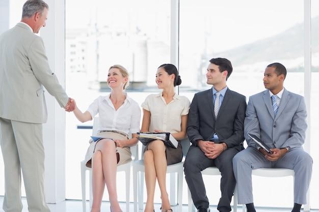 Biznesmena chwiania ręki z kobietą ludźmi czeka wywiad