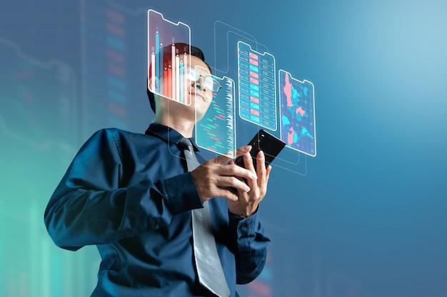 Biznesmena czeka ceny rynek papierów wartościowych na cyfrowym smartphone ekranie