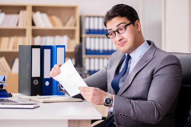 Biznesmena dostawania list w biurze
