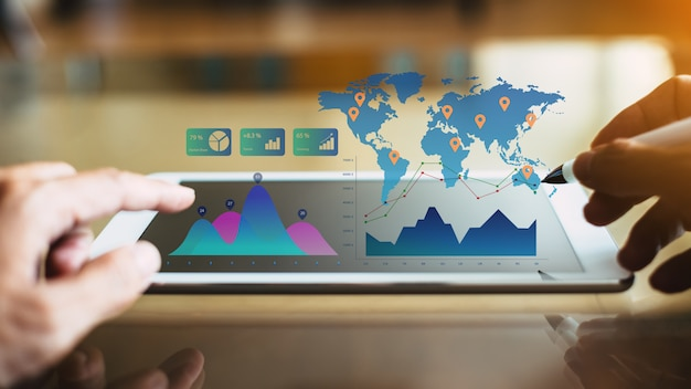 Biznesmena inwestorski konsultant analizuje firma pieniężnego raport