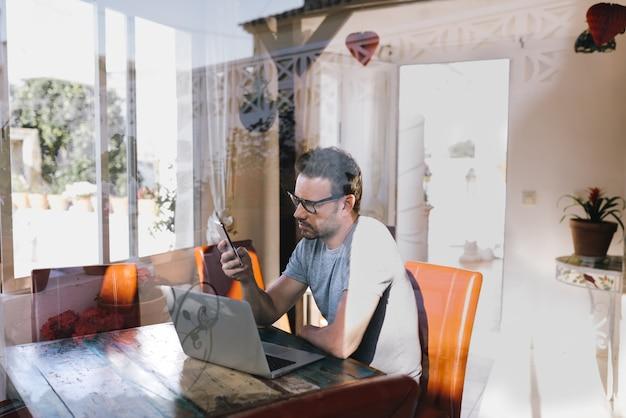 Biznesmena mężczyzna pracuje od domu