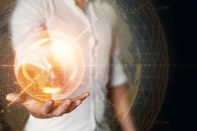 Biznesmena mężczyzna trzyma hologram planety ziemia na jego ręce. globalizacja, sieć, szybki internet, nowe technologie w komunikacji. kopiowanie miejsca mieszane media.