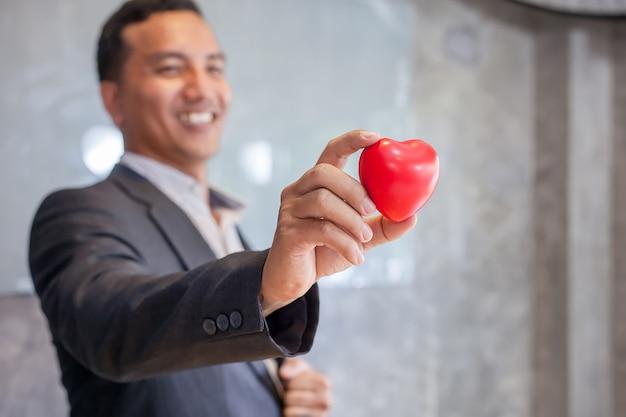 Biznesmena mienia czerwony serce. pojęcie pracy na pamięć.