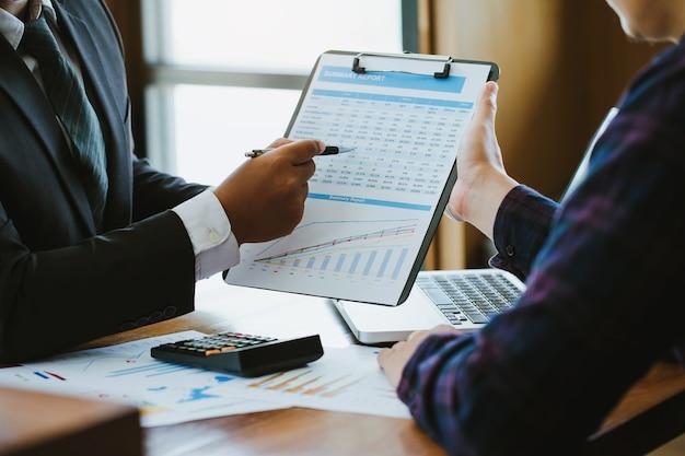 Biznesmena mienia dokument z wykresami i diagramem