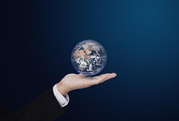 Biznesmena mienia kula ziemska, globalnego biznesu pojęcie. elementy tego obrazu zostały dostarczone przez nasa