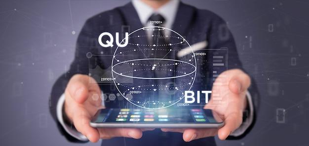 Biznesmena mienia kwantowy oblicza pojęcie z kubit ikoną