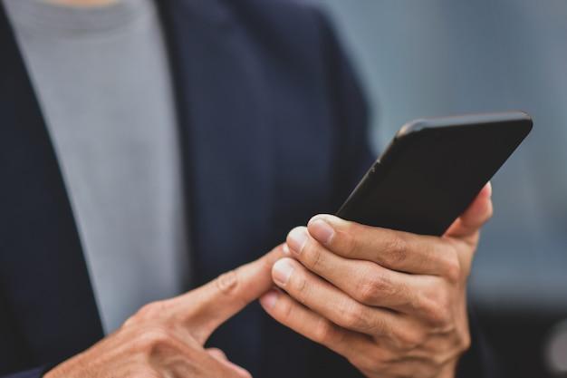 Biznesmena mienia telefon komórkowy