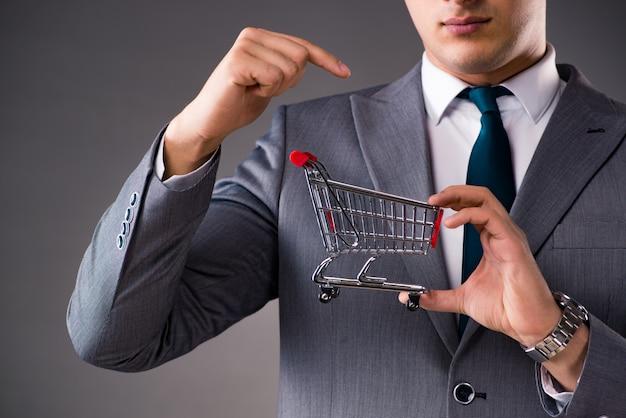 Biznesmena mienia wózek na zakupy w biznesowym pojęciu