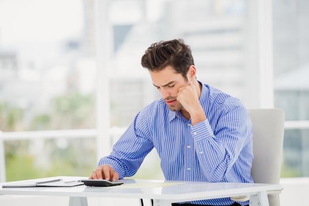 Biznesmena obliczania konta na kalkulatorze